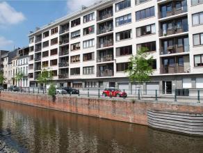 Dit appartement is gelegen op de 4e verdieping en telt twee slaapkamers met vloer in parket, ruime leefruimte in parket, keuken, twee bergingen, badka