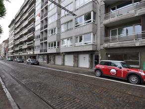 Het appartement is gelegen op de 4e verdieping links aan de Coupure. Het appartement is volledig gerenoveerd en bestaat uit een hall, living met parke