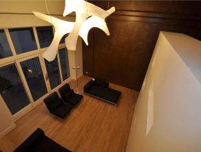 Dit duplex-appertement is gelegen op de eerste verdieping. Het pand is afgewerkt in luxe materialen en kan volledig gemeubeld gehuurd worden. Indeling