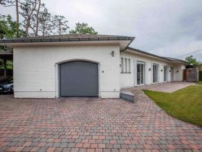 Deze ruime bungalow bestaat uit: inkomhal met heel wat ingemaakte kasten, ruime living met houtvuur, vernieuwde keuken met alle toestellen (zicht op a