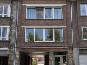 Dit rustig, lichtrijk en goed gelegen appartement nabij de Watersportbaan, op de 3de verdieping bestaat uit: inkomhal, living met doorloop keuken, bad