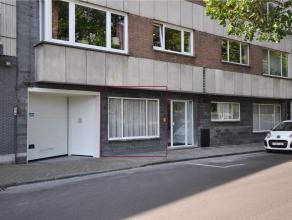 Dit gelijkvloersappartement, deel van de residentie Riverbank, bestaat uit: inkomhal, living(parket) langs de straatzijde met zicht op het water, gesl