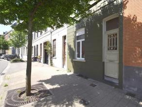 Deze ruime burgerwoning is gelegen in de Ham op wandelafstand van Sint-Jacobs, de oude dokken en Station Gent Dampoort. Deze burgerwoning is gelegen o