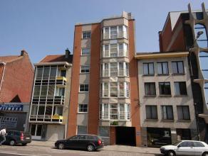 Dit mooie appartement bevindt zich op de 2e verdieping en bestaat uit een hall, zeer ruime living, grote ingerichte keuken met toestellen ( vaatwas, f