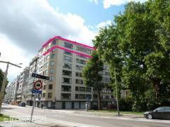 Uiterst aangenaam appartement met grote living (45 m²), afzonderlijke tv kamer ( of bureel) , 3 slaapkamers, 2 badkamers, terrasje. Grote bewoonb