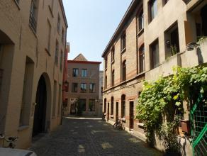 Centraal en karaktervol gelegen rijwoning in de historische binnenstad in het Patershol, op wandelafstand van de winkelstraten en de Vrijdagsmarkt. Al