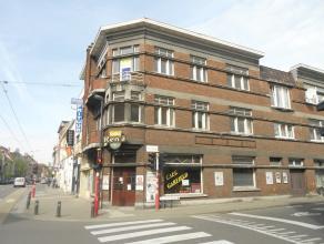 Te renoveren handelshuis met garage op een perceel van 90m² met woonst op de verdiepingen gelegen in het centrum van Sint-Amandsberg (Heernisplei