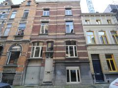 Statig en ruim burgerhuis met een riante woonoppervlakte van 295m², 7 slaapkamers en 2 badkamers, souterrain en kleine garage, uiterst rustig gel