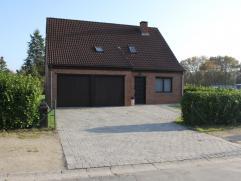 Alleenstaande woning op 1.107m² met 4 slaapkamers, dubbele garage en ruime tuin gelegen in een rustige verkaveling op enkele minuten van het cent