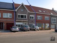 Goedaardige woningop een optimale ligging met de perfecte verbinding tot het centrum van Zelzate. Op het gelijkvloers treffen we de inkom, mooi leefru