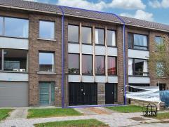 Te moderniseren bel-étage woning met tuin en garage. Deze woning herbergt een inkomhal, gigantische garage aan de straatkant met extra opbergru