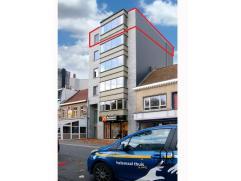 Een pittig nieuwbouwappartement (bj 2010) met schitterend zicht over de Grote markt van Zelzate. Bij het binnenkomen van de gemeenschappelijke inkomha