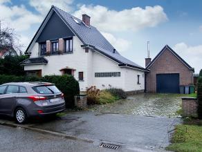 In deze aantrekkelijke woonwijk vindt U deze stijlvolle open bebouwing met garage en aangename tuin. De eigendom bezit gezellige woonruimtes. Een klei