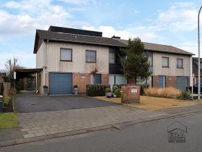 Gerenoveerde rustig gelegen halfopen woning op een perceel van 494 m². Via de inkomhal van de woning komen we in de ruime lichtrijke leefruimte,