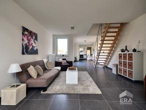 Schitterende woning gerenoveerd in 2014 met oog voor detail en waar geen kosten zijn bespaard! Deze trendy woning biedt U op het gelijkvloers een inko