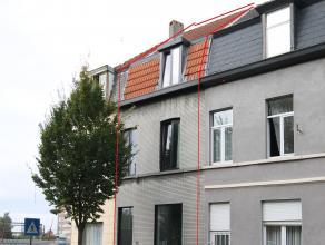 Deze woning is recent gerenoveerd met oog voor de authentieke materialen. De woning omvat een living met aansluitend keuken en toilet. Op de eerste ve