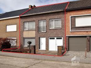 Genesteld tegen het Groenplein, laten we u kennis maken met deze uiterst knappe gezinswoning. Deze met liefde onderhouden en verzorgde tweegevelwoning
