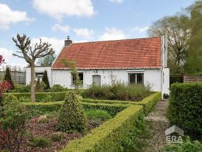 Deze landelijke fermette ligt genesteld in een groene droomwereld van 1342 m² waarin het buitenleven centraal staat. Ook binnenin kunt u genieten