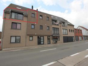 Op de 2de verdieping rust dit appartement van 80m² met inkom, ruime leefruimte met een panoramisch venster die uitgeeft op het terras, open inger