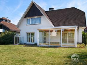Voortreffelijke, te modereniseren villa die zich situeert in een aangename buurt te Zelzate! De imposante inkomhall biedt toegang naar de leefruimte.