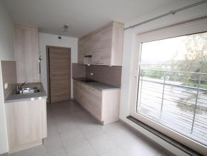 Lichtrijk 2 slaapkamerappartement met garage in een rustige buurt. Dit appartement omvat: In de inkomhal vindt u de toegang tot de badkamer uitgerust