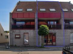 Uitgesproken lieve eigendom op een uitmuntende locatie! De woning biedt U een inkom, lichtrijke leefruimte met open ingerichte keuken, berging, 3 slaa