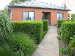 Recente bungalow met prachtige tuin en zicht. Rondom aangelegde tuin met omheining en prachtig uitzicht. Dubbele garage, tuinberging, tuinhuis, prieel
