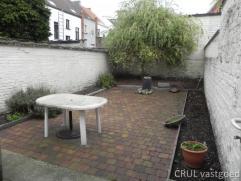 Gerenoveerd Herenhuis met tuin en 5 slks. Kelder, inkom, traphal, living of praktijkruimte, leefkeuken, badkamer, zonnig tuinterras. 1ste V. 2 slks me