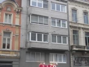 Appartement met 1 slaapkamer op 5e verdieping, vlakbij station Gent Sint-Pieters. EPC 193 kWh/m².Inkom met laminaat, videofoon, woonkamer met par