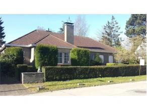 Deze ruime villa met 270m2 bebouwde oppervlakte is gelegen op een groot en goed georiënteerd perceel van 13a40ca, vlakbij het Maaltepark, AZ Mari
