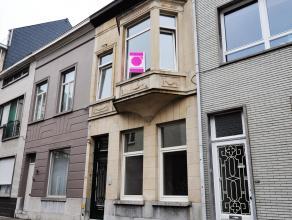 Ruime authentieke stadswoning in hartje Gent Via de inkomhal, die doorgang biedt naar het stadstuintje, komt u terecht in een zee van ruimte en licht.