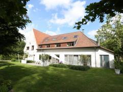 TE KOOP te DRONGEN : zeer ruime, deels vernieuwd landhuis met diverse mogelijkheden, op een tot. opp. van 3.938 m2 (800 m2 bewoonbaar).Gelegen in een