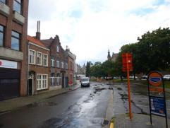 TE HUUR te Gent : goed gelegen, vernieuwde, ruime burgerwoning met tuintje. Omvattende : ruime zitkamer, eetplaats, open keuken is volledig ingericht