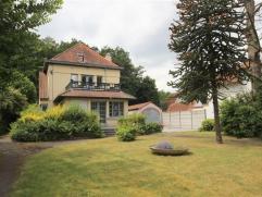 Sint-Amandsberg - Deze charmante en deels gerenoveerde Art-Deco villa bevindt zich op een perceel van 1.460m² en is zeer rustig en gunstig gelege