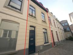 GENT - Aangename woning in hartje Gent! De woning omvat 2 slaapkamers, badkamer, ruime woonkamer, volledig geïnstalleerde keuken, voorplaats, dro