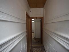 GENT - Rijwoning met 2 slaapkamers (beide 14 m²), woon- en leefruimte (met douche) en badkamer. De keuken is enkel ingericht met een kookfornuis.