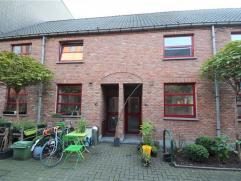 Uitstekend gelegen woning in een verkeersvrije straat, op wandelafstand van het Gentse stadscentrum. Door zijn ligging aan de Schelde is er een opport