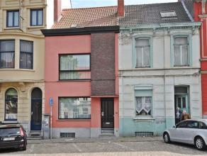 Aan één van Gents grootste boulevards, binnen de kern van de stad, treft u deze gesloten bebouwing met groot volume. Vijf bouwlagen vorm