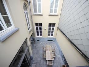 Via de poort of via een gemeenschappelijk koertje met hek kan men de woning betreden. De inkomhal is 12,5 m² groot en voorzien van een radiator.