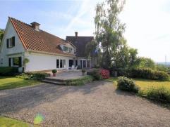 RONSE - Klassieke villa met een landelijke ligging en prachtig uitgestrekt zicht, gelegen op een perceel van 11.865m². De villa omvat 4 slaapkame