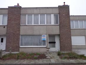 Rijwoning gelegen in een rustige woonwijk met voor- en achtertuin. Inkom, te vernieuwen keuken, woon- en eetkamer, berging met bergruimte onder trap,