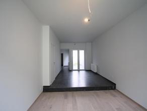 Deze karaktervolle ruime woning werd in 2014 volledig gerenoveerd (nieuwe ramen, nieuw dak enz...) en is gelegen in het bruisende centrum van Ledeberg