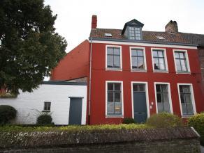 Deze uitzonderlijke woning met stadskoer is gelegen in het historisch hart van Gent, verscholen achter de muren van het Oud Begijnhof Sint- Elisabeth