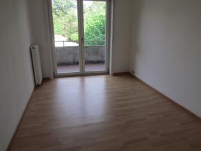 Volledig gerenoveerd 2 slaapkamer appartement met terras gelegen op de 2e verdieping (geen lift). met inkomhal, keuken (vaatwasser, dampkap, elektrisc