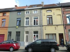 Deze verzorgde woning bevindt zich centraal gelegen in Gent, dichtbij de hogeschool (KaHo Sint-Lieven), vele winkels en openbaar vervoer. Het gelijkvl