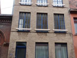 Gent - Begijnengracht 20: Te renoveren woning in het historisch centrum, grenzend aan het Groot Begijnhof met lichtrijke ruime kamers. Woning biedt mo