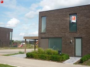 """Wondelgem: Moderne halfopen nieuwbouwwoning aan nieuwe, brede laan met groen aanplanting in het hartje van de recente verkaveling """"Lange Velden"""". De w"""