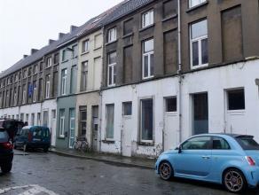 Gent, Tarwestraat 61: leuke rijwoning. Omvat ruime leefruimte, keuken en badkamer met douche, lavabo en toilet, op het 1e verdiep 1 ruime slaapkamer e