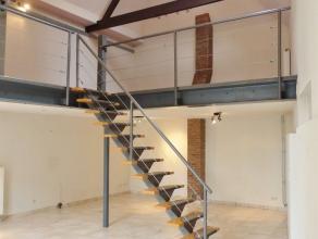 Gent - Goudstraat 17: Lichtrijk industrieel 1 slaapkamer loft (aparte conciergewoning op binnenplein). Omvat ruime open living, met keuken (deels open