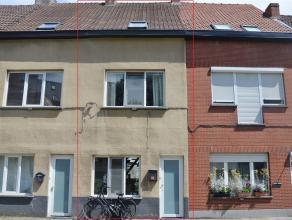 GENT - KOLVENIERSGANG 32: Instapklare rijwoning te Gent! Op het gelijkvloers treft u een inkomhal, leefruimte met open keuken, wc en koer. Op het 1ste